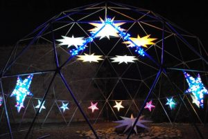 Dôme géodésique avec des étoiles lumineuses